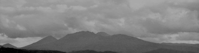 山の様子と曇り空